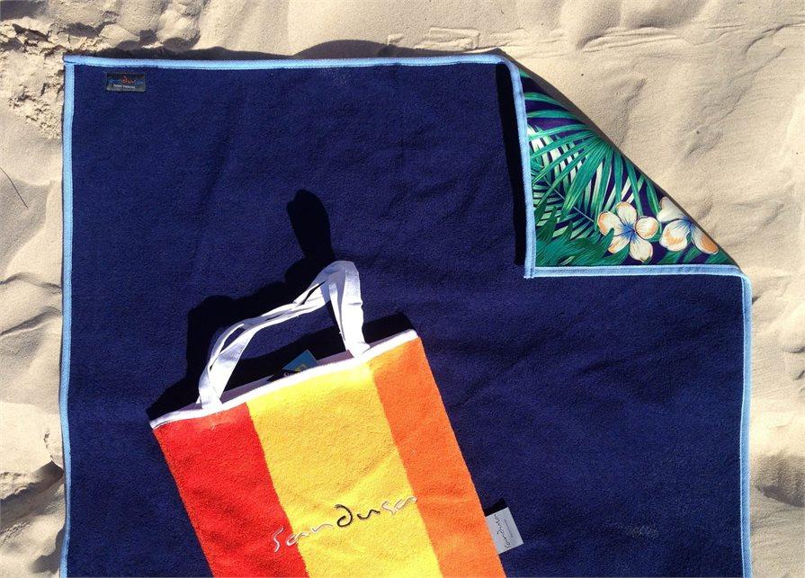 Sandusa towels on the beach